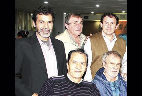 De pie: Osman Patzzi, Gustavo Salomo y Adolfo Mercado. Sentados: Domingo Mendoza y Jairo Sierra