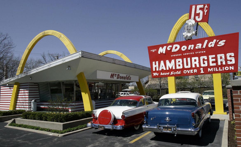 Fachada del restaurante Mc Donald´s más antiguo todavía hoy en funcionamiento, ubicado en Downey, California. Opera con significativo éxito desde el año 1953