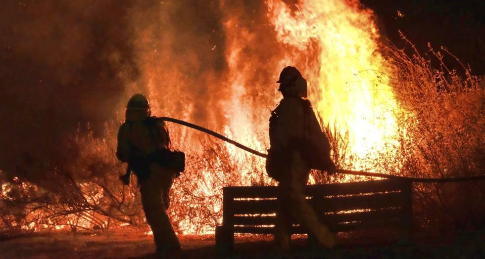 Incendio forestal en la localidad de Calabasas, en Los Ángeles.
