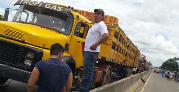 Este camión que transportaba gas licuado de petróleo (GLP) al norte cruceño se vio afectado por el bloqueo instalado por los seguidores de Edwin Tupa