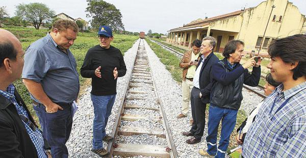 Representantes del Gobierno, de la Alcaldía y de las empresas, en la estación de Montero