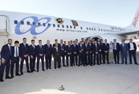 El cuerpo técnico de la selección española posando ante el avión que les ha trasladado a Francia para participar en la Eurocopa 2016. Los jugadores han llevado un traje azul marino, con corbata a juego y camisa blanca, firmado por Emidio Tucci. Clásico y
