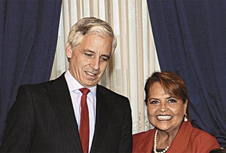 Gloria Suárez de Limpias le entregó un presente al 'vice' Álvaro García Linera