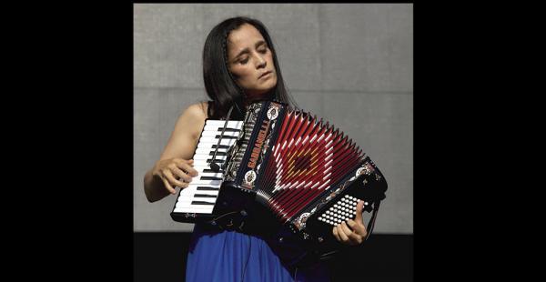 Julieta Venegas regresa a nuestra ciudad después de nueve años. Trae un nuevo disco