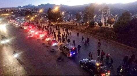 Bloqueo de transportistas bajo el puente de la Ceja de El Alto.