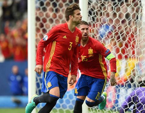 Piqué (3) celebra el gol que le convirtió a República Checa, Ramos sale a congratularlo.