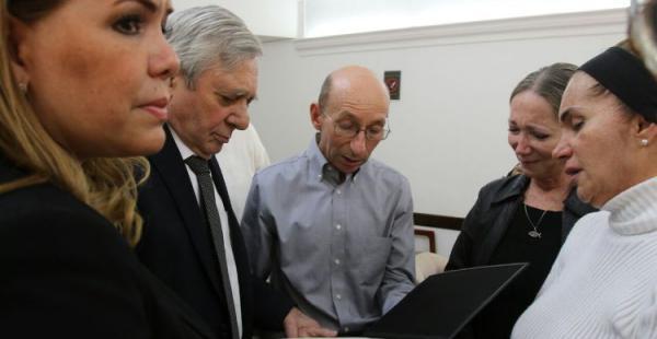 Percy entregó la ley municipal en manos de los hijos del director de EL DEBER