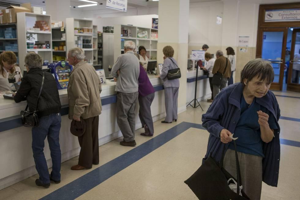 Una abuela espera su turno para ser atendida en la farmacia.
