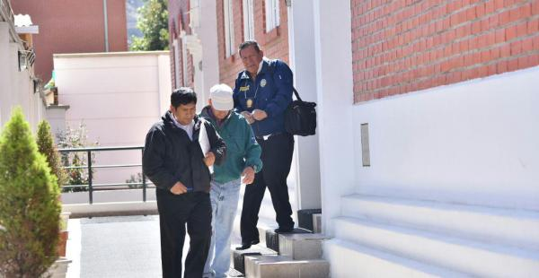 Movimiento de personas en el domicilio de la fallecida, a donde también llegó la fiscal, Susana Bayón