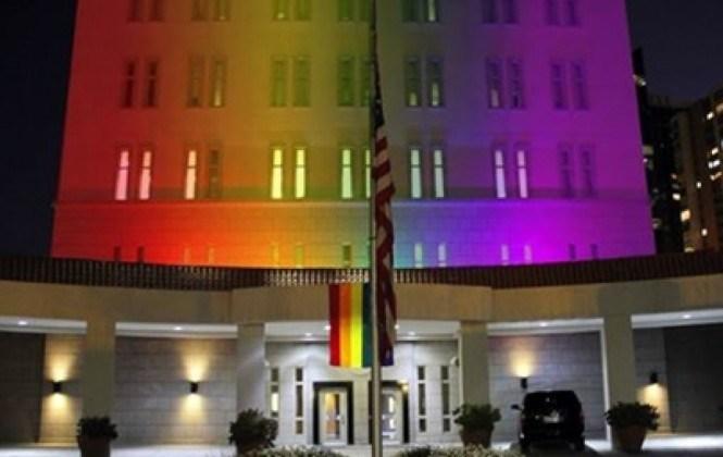 Embajada de EEUU luce los colores de la bandera gay en honor a víctimas de Orlando