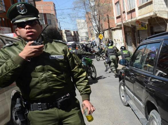 POLICÍA. Vigila el motorizado. - Roberto Charca H. La Prensa
