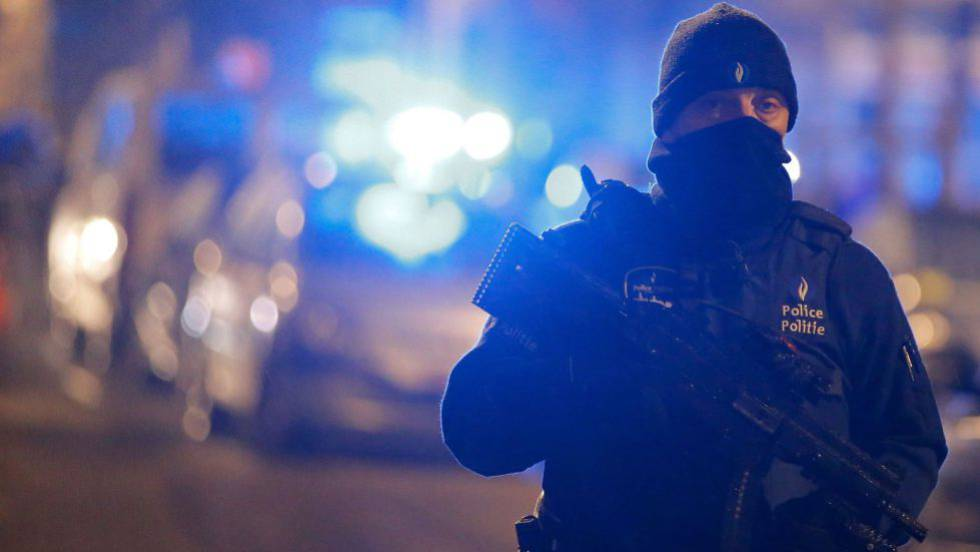 Un policía en una redada en Schaerbeek, tras los atentados.