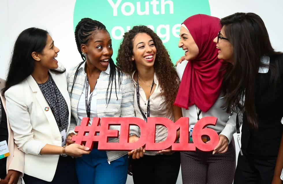 De izquierda a derecha: Vandinika Shukla, Rose Sakala, Sana Afouaiz, Ruba Ahmad y Joselín Manzanares, en Bruselas.