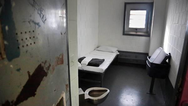 Una celda de aislamiento en el penal de Rikers Island./ AP