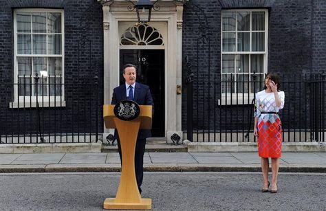 El primer ministro, David Cameron (i), anuncia su intención de dimitir en octubre junto a su esposa, Samatha Cameron (d), después de que el Reino Unido votase a favor de la salida de la Unión Europea en Londres (Reino Unido) . Foto: EFE
