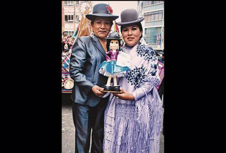 Un obsequio por su trabajo. La artesana Sandra Vera le obsequió una manualidad de cholita, para la festividad de la Virgen de Copacabana, por el trabajo que Eliana realiza.