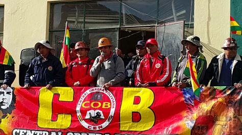 Guido Mitma, ejecutivo de la COB, se dirige a los trabajadores en la plaza San Francisco.