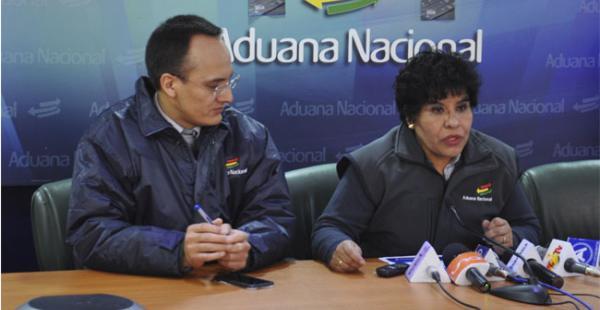 La presidenta de la Aduana, Marlene Ardaya, durante la conferencia de prensa