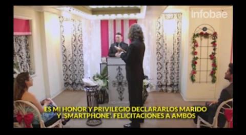 """Se casa con su """"smartphone"""" en una extravagante ceremonia en Las Vegas"""