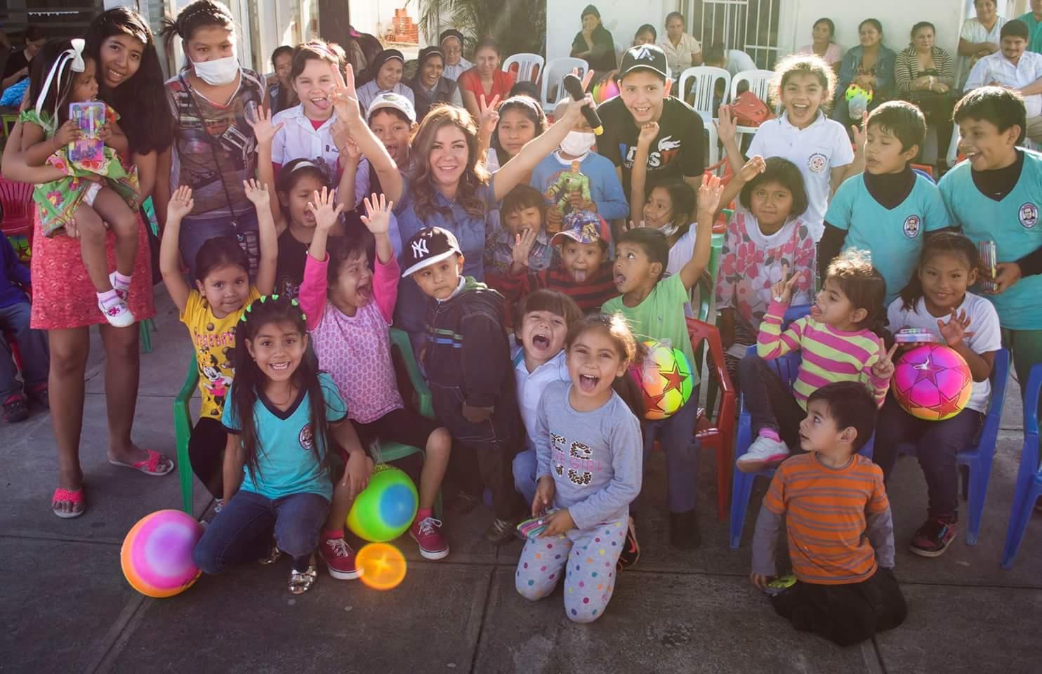 La cantante cruceña junto a los niños del Hospital Oncológico