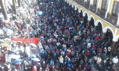 Trabajadores de Cochabamba durante su moviliación por la Plaza 14 de Septiembre. Foto: Fernando Cartagena