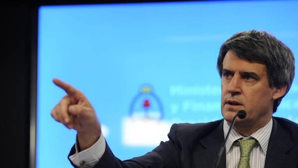 Casi una estrella. El ministro Alfonso Prat Gay, el 9 de junio. Foto: Pedro Lázaro Fernández - pedro lazaro fernandez