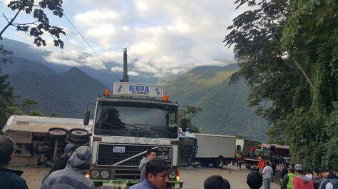 Decenas de personas se aproximaron hasta el sitio donde se produjo el accidente para registrar el hecho con sus celulares. Foto: Álex Gironaz
