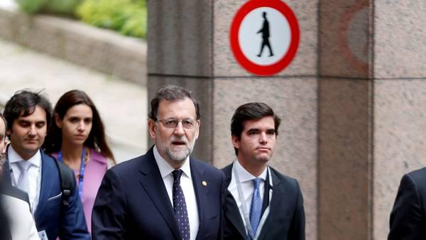 Espera. Mariano Rajoy busca un gesto de los líderes políticos. /Reuters
