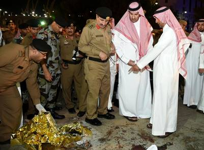 Emir de Medina Faisal bin Salman bin Abdulaziz (2° der.) en el lugar donde se detonó un kamikaze en la ciudad sagrada de Medina. /AFP