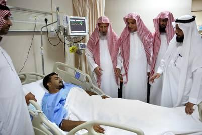 Autoridades sirias visitan a uno de los heridos del ataque en la ciudad sagrada de Medina. / AP