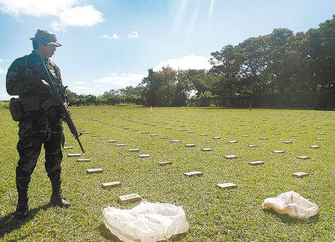 Yacuiba. Un policía de Umopar resguarda la droga incautada en dos operativos.