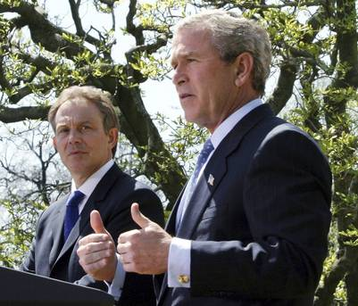 Foto de archivo tomada en abril de 2004, muestra al ex presidente estadounidense George W. Bush junto al ex primer ministro británico Tony Blair durante una rueda de prensa conjunta en el Rose Garden de la Casa Blanca./EFE