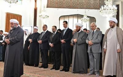 Bashar al Assad participó en el rezo por el fin del Ramadán en la mezquita de Al Safa, en Homs, en el centro de Siria. AP