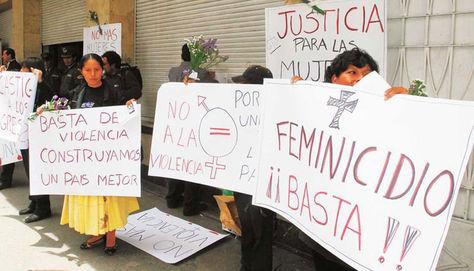 Protesta de mujeres en puertas de la Fiscalía de La Paz