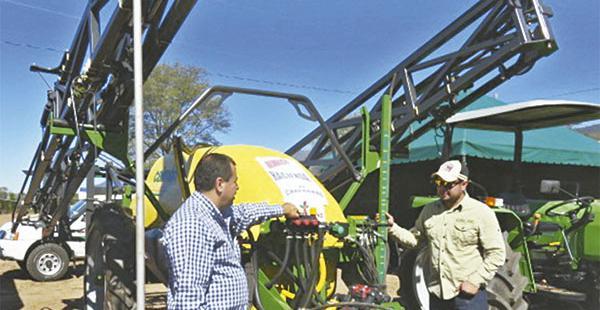 En la feria están importadoras de tractores, una de ellas Farmerland
