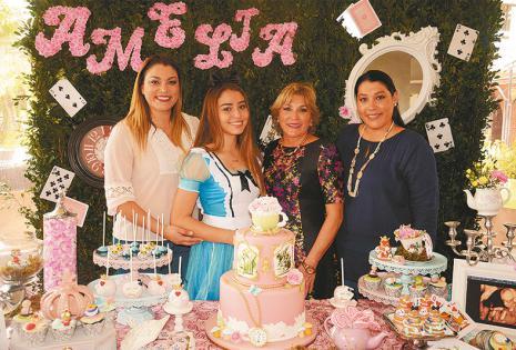 JUNTAS. Norma Pacheco, Natalia Delgado, Laida Suárez y Melisa Pacheco rodearon la apetitosa torta que diseñó Alejandra Kunsteck
