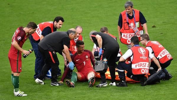 Cristiano no da más, y se retira entre lágrimas por un rodillazo de Payet. (AFP)