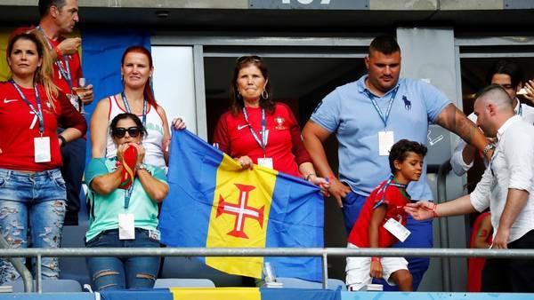 La madre y el hijo de Cristiano Ronaldo, en la previa de la final en Saint Denis. (Reuters)