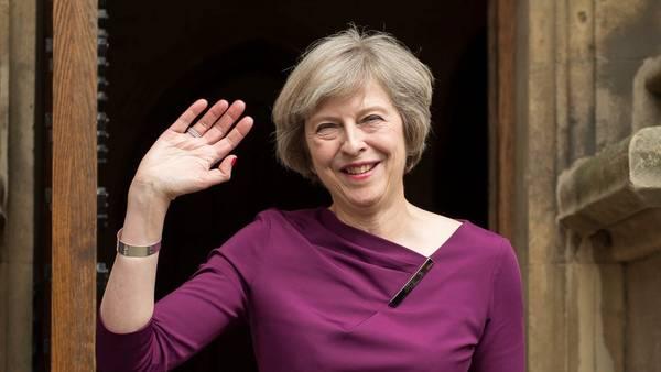 La ministra del Interior británica, Theresa May, saluda a los medios a la salida del Parlamento en Londres, Reino Unido. EFE
