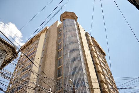 Edificio de la Contraloría General del Estado, en la calle Indaburo, ciudad de La Paz