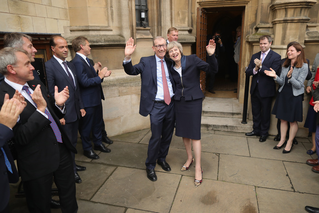 Theresa, con su marido Philip John, celebrando el anuncio de Cameron.