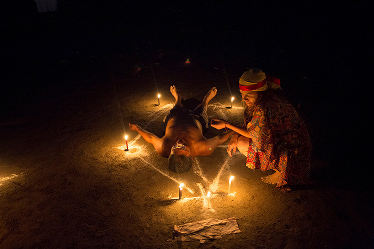 Un hombre yace en el suelo durante un ritual en la montaña de Sorte en las afueras de Chivacoa , en el estado de Yaracuy , Venezuela