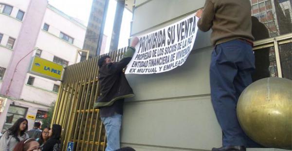 Exsocios realizaron una movilización en puertas de la Ex Mutual exigiendo que no se vendan los inmuebles