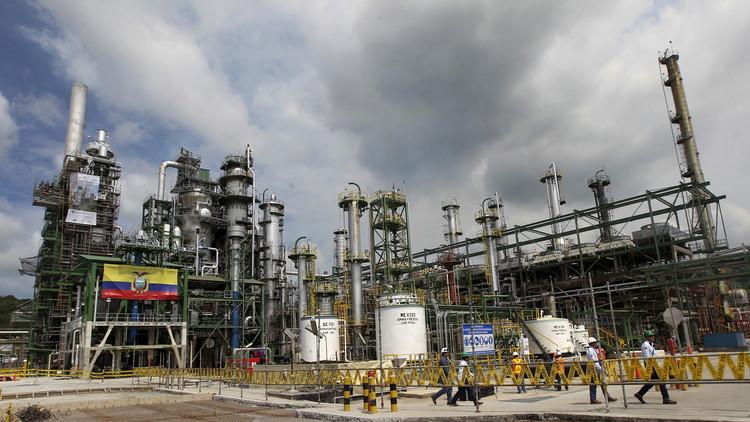 Trabajadores pasan delante de una refinería reformada en Esmeraldas, Ecuador