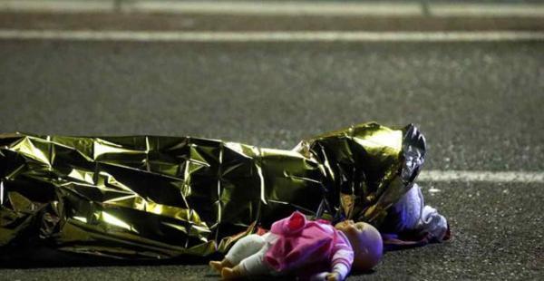 En la foto se puede ver el cuerpo de una menor junto a su muñeca