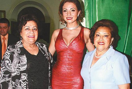 PRESENTES. La reina del Carnaval de antaño 2016, Jenny Paz, junto a la soberana de la fiesta grande 2016, Valeria Saucedo, y Gloria Ríos