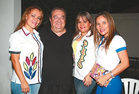 BENDITO ENTRE LAS MUJERES. Bianca Blanco, Any Karina Montero y Fabiola Balcázar abrazan al cantautor Aldo Peña