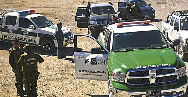 Policías bolivianos y carabineros de Chile en la región fronteriza