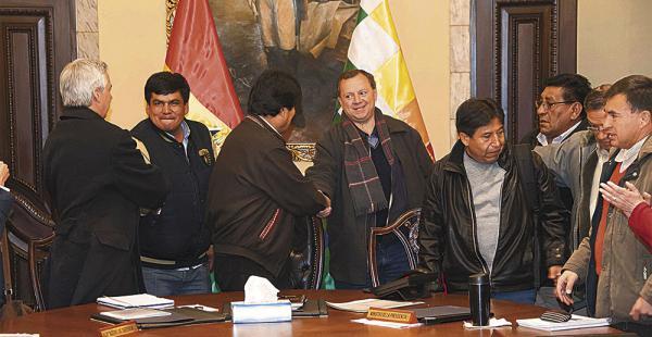El presidente Morales felicitó, en la reunión de gabinete, a la delegación que viajó a Chile