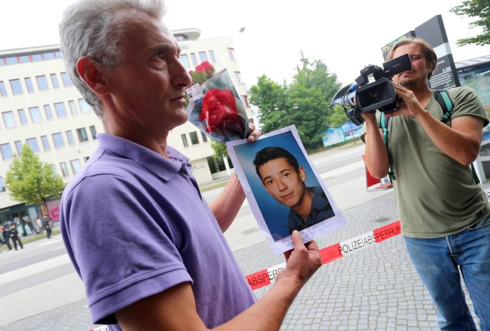 Naim Zabergja muestra la foto de su hijo Dijamant, de kosovo, asesinado a tiros en Múncih.